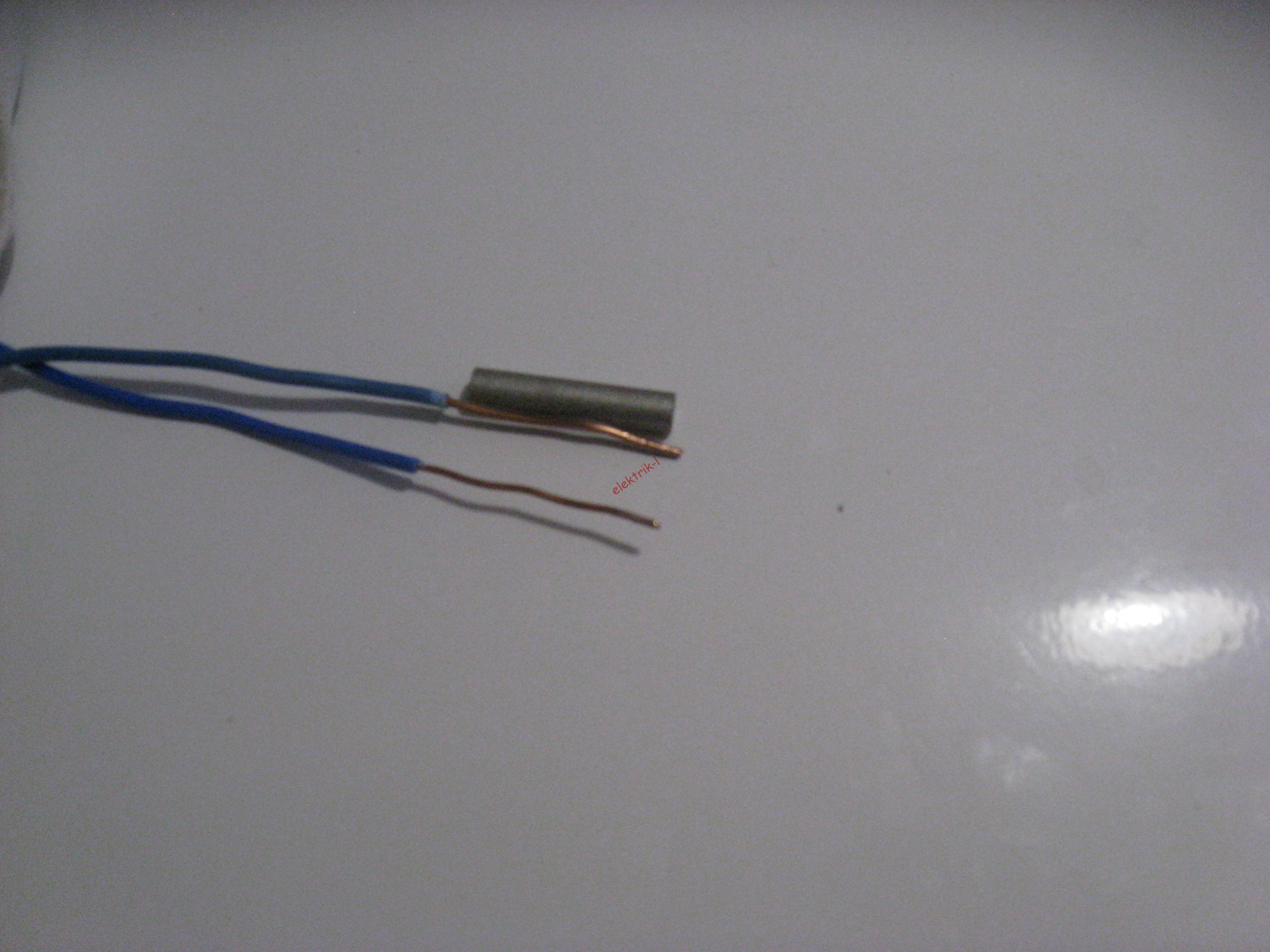 Зачищаем концы проводов на длину, чуть более длины гильзы